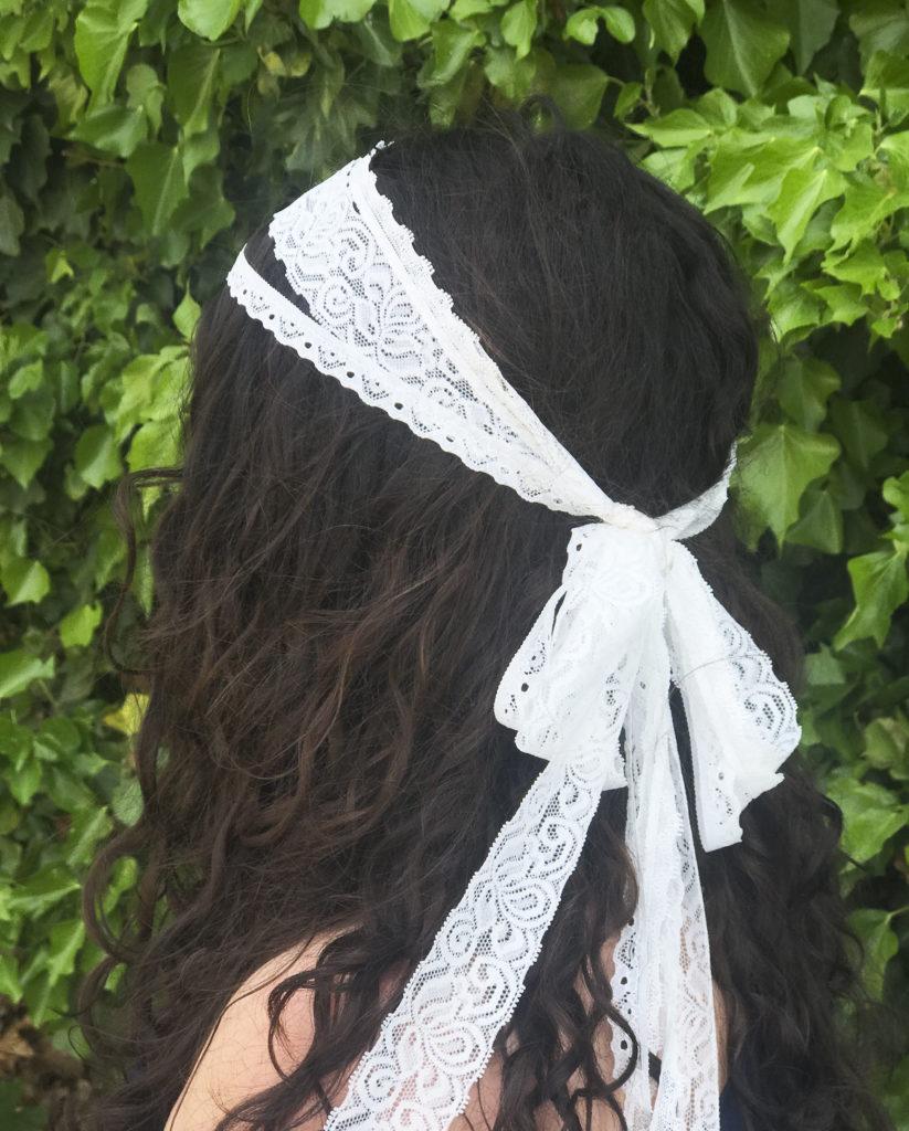 Femme avec bandeau en dentelle blanche Satab