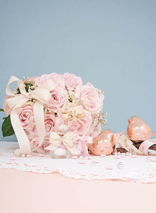 Bouquet de fleurs et contenants dragées avec rubans vichy et imprimés Satab